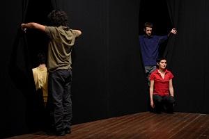 Post-it, il Teatro Sotterraneo appare e scompare nel nero. Teatro Cuminetti di Trento