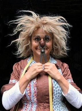 Gardi Hutter fa la sarta e cuce risate per tutti al Teatro Cristallo di Bolzano