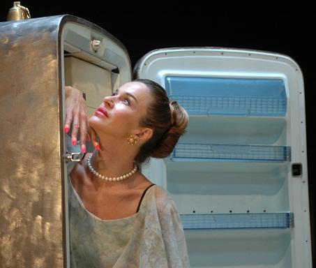 """Eva Robin's recita in """"Frigo"""" di Copi al Teatro Litta  di Milano"""