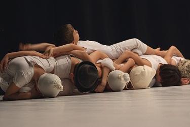 Sono Bambini che ballano Qua e il loro gioco è un mondo che sta altrove da noi