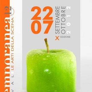 """Una mela verde invita a farsi """"assaggiare"""". Contemporanea 2012 è a Prato e festeggia dieci anni di vita"""