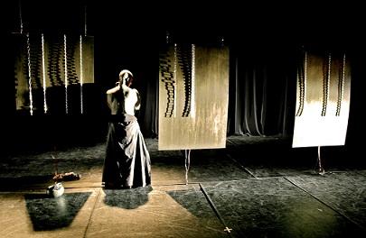 Dal mito di Medea alla vita solitaria di Serge, il teatro di B.Motion vuole raccontare la vita del passato e del presente