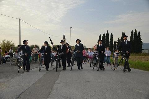 """Pedala in bicicletta, vola in cielo, attraversa oceani e continenti. Ferdinando Pessoa rivive in """"Lisboa"""", viaggio della memoria"""