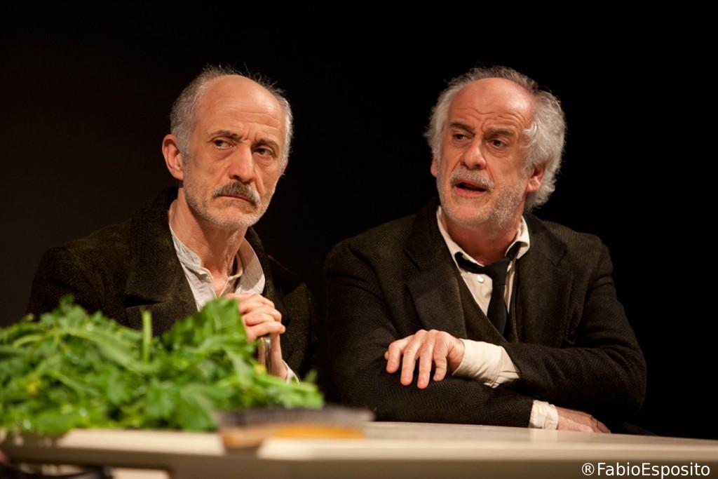 Le voci di dentro con la regia di Toni Servillo, anche sulla scena una semplicità apparente