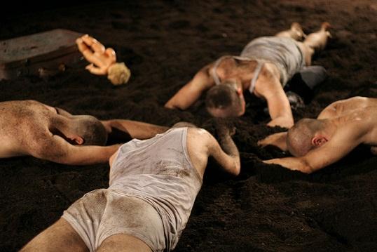 """""""Orfani_la nostra casa"""": la lettura psicoanalitica dei Kronoteatro affonda le radici nella terra da cui si origina il bene e il male dell'uomo"""