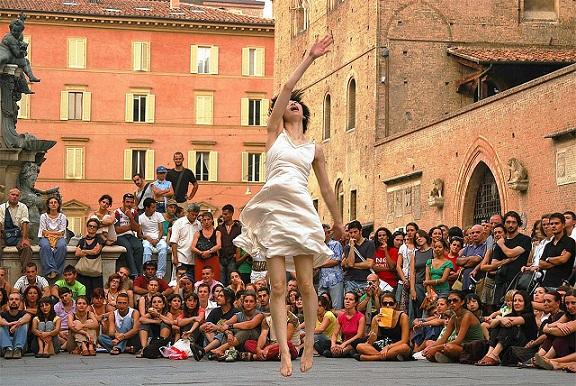 """A Bologna il """"Festival Danza Urbana"""" esplora la relazione tra corpo e architettura"""