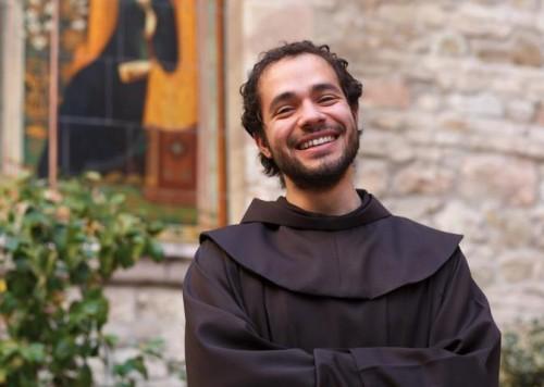 """Padre Alessandro  chiamato a cantare dalla Provvidenza: """"Una missione, una piccola croce"""""""