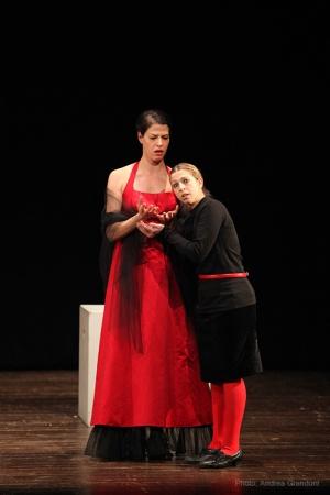 Il dono della Signora: l'abito rosso (foto di Andrea Grandoni)