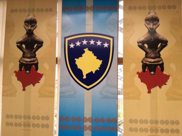 La bandiera e il simbolo del Kosovo