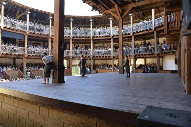 Pickles moltiplica la comicità. Il Globe Theatre dilata la sua stagione.