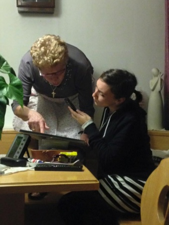 Francesca Sarteanesi durante l'intervista ad una cittadina di Laives