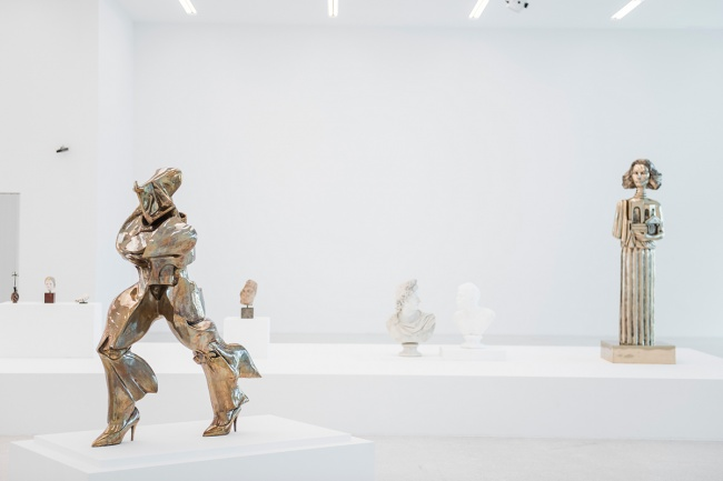 Vezzoli_Museo Museion Francesco Vezzoli, Museo Museion, exhibition view, Museion, 2016. Crediti foto: Luca Meneghel Front / In primo piano / Im VG: Unique forms of continuity in high heels (after Umberto Boccioni), 2012 Courtesy of the artist and Gagosian Gallery, Roma