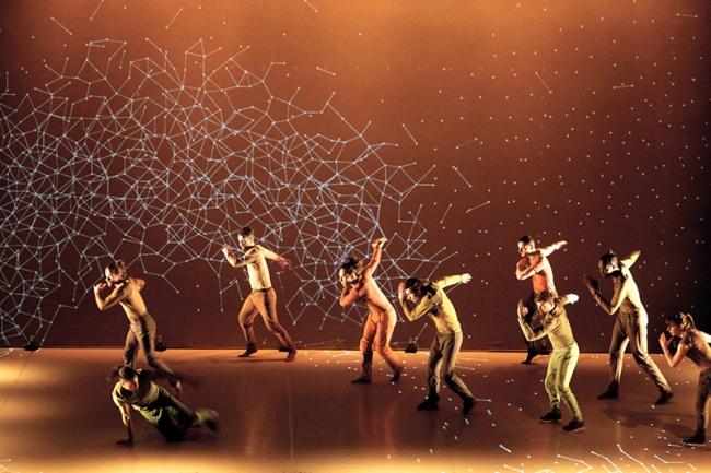 Pixel - Danzatori si muovono in una costellazione di pixel (Photo Raoul Lemercier)