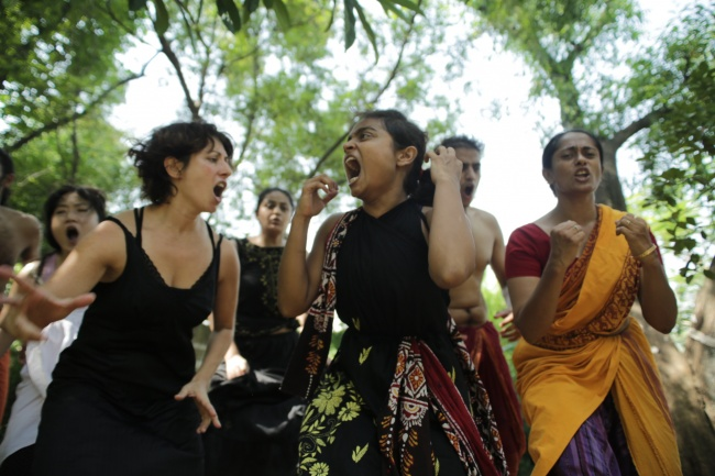 Anna Dora Dorno, Chandana Sarma, Anurada Venkataramandurante la VI Sessione Internazionale, Tepantar theatre village, India, 2015 (Foto di S. Laurenzana)