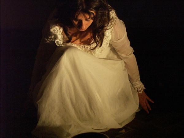 Anna Dora Dorno in Il sogno della sposa, Vertigini Festival - Parco della scultura, San Donà di Piave, 2006 (Foto di L. Filippi)