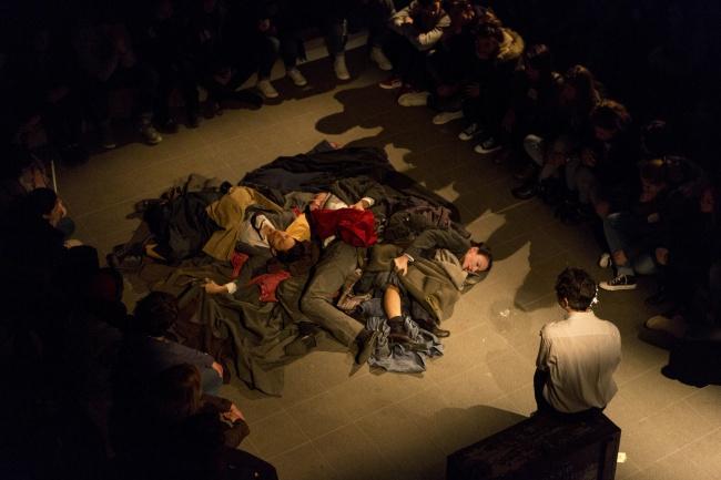"""Le voci degli attori del Teatro Cargo sono i lamenti di chi """"tra i vivi non posso piú stare""""."""