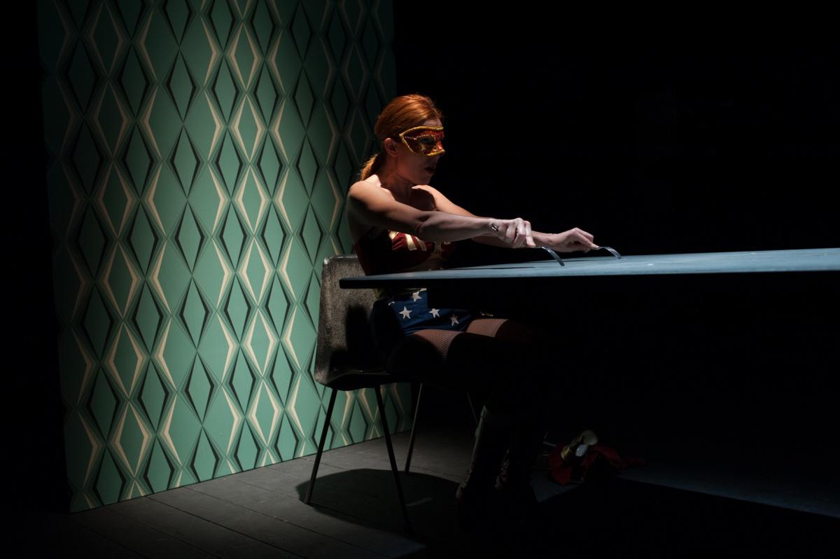 """Seduti ad un tavolo  recitano""""il teatro dentro il teatro"""". Regia di Latini (Premio Ubu 2017)"""
