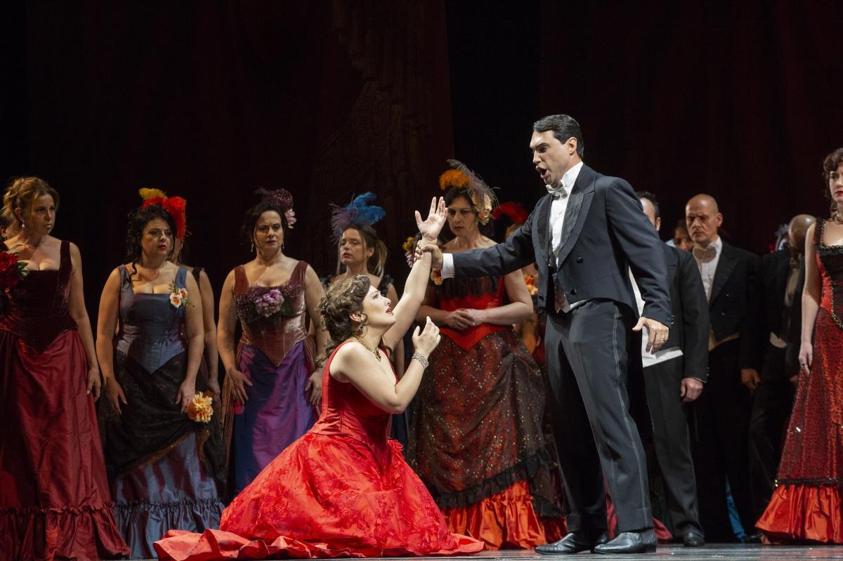 La Traviata che fa respirare musica, trama, gioco viscerale e puro delle voci