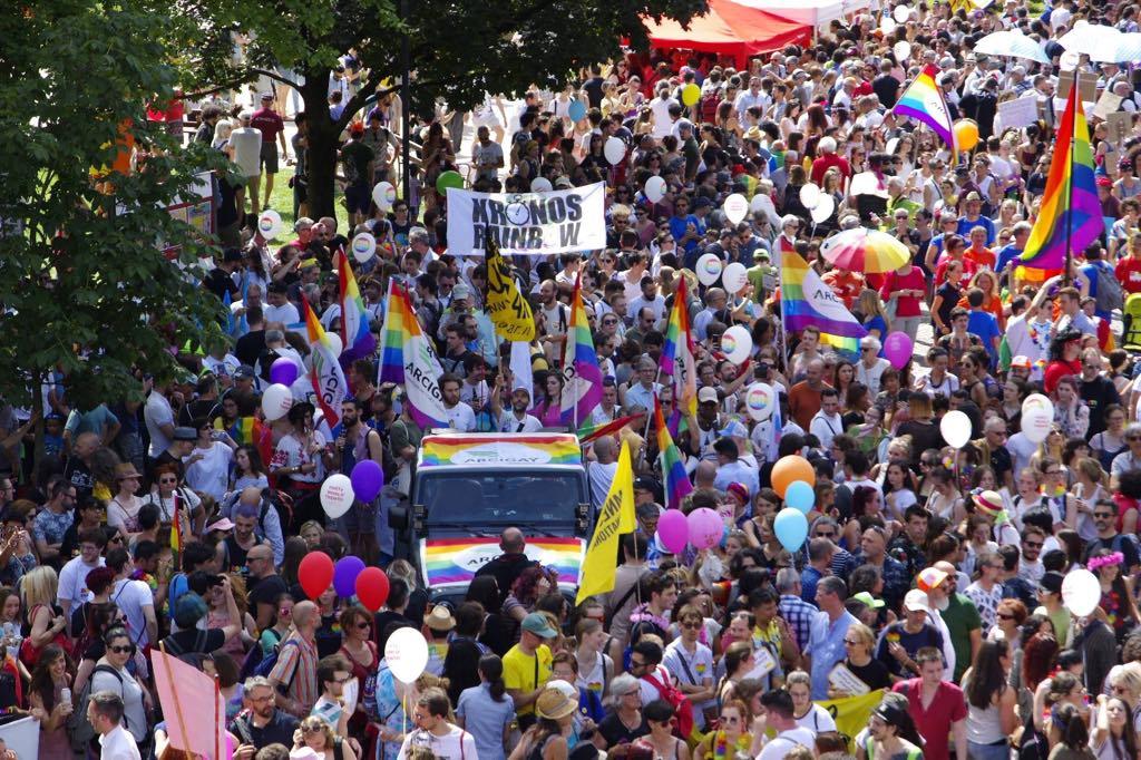 Le migliaia di uomini, donne e bambini per una festa inclusiva: il successo del Dolomiti Pride
