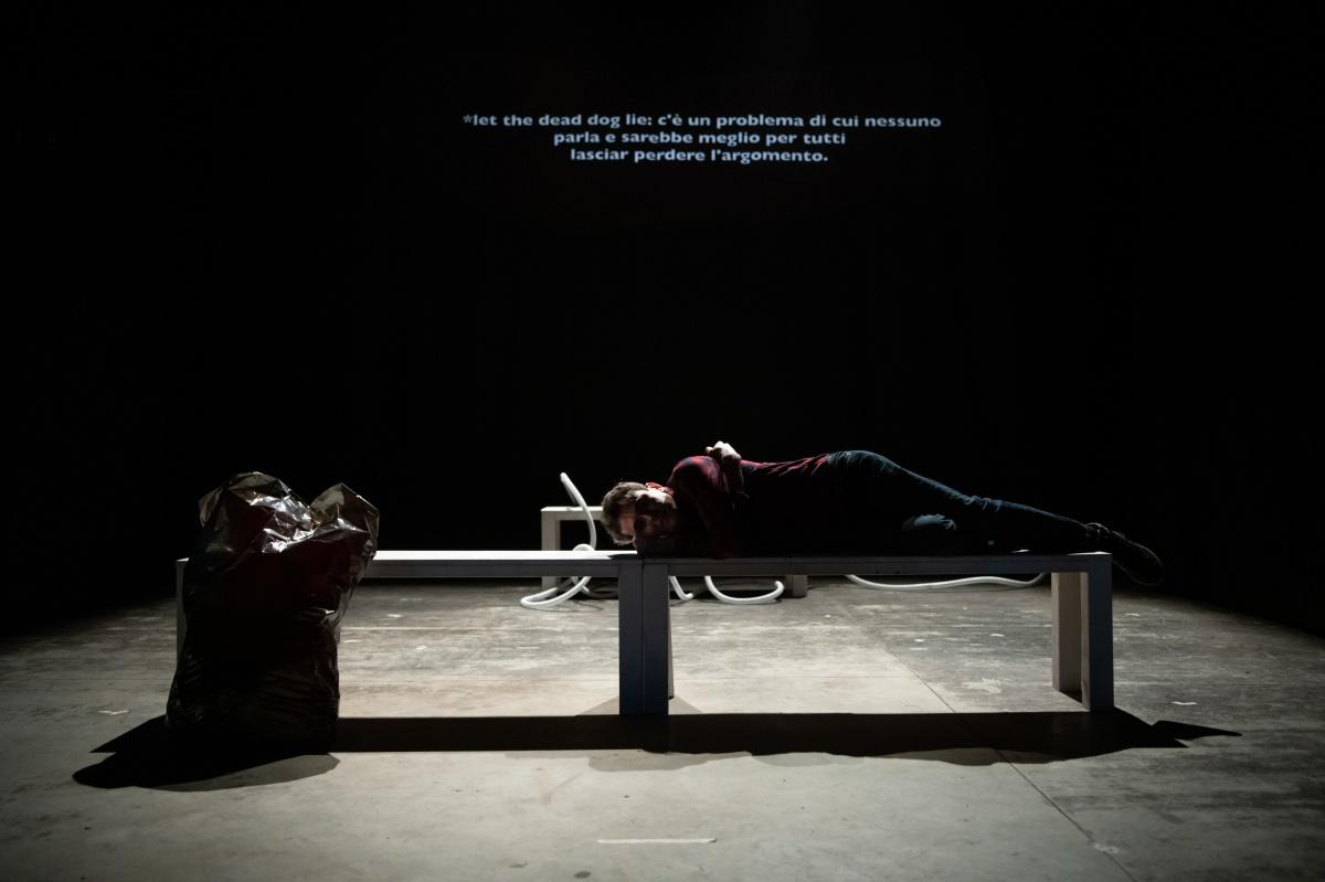 """""""The dead dogs"""" lo spettacolo vincitore di Forever Young alla Corte Ospitale di Rubiera"""