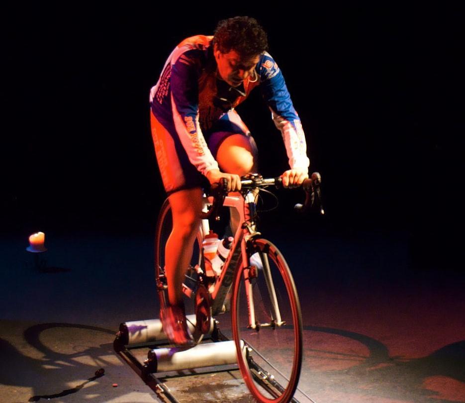 Un biker-performer sulla strada di Tempi Maturi