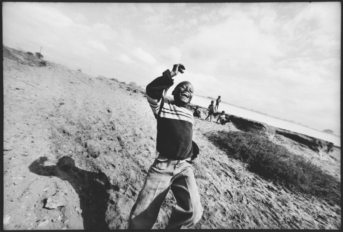 """[Regione del Niassa, Mozambico, 1981. ph. Uliano Lucas] poiché è uno degli scatti tratti dalla mostra """"Uliano Lucas per Imbavagliati"""", a cura di Tatiana Agliani, in esclusiva per il Festival."""