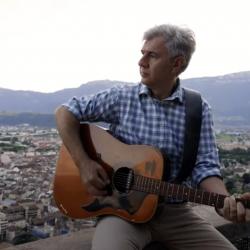 """""""Bolzano"""" la canzone di Johnny Ponta dedicata alla città in cui cura e suona la chitarra."""
