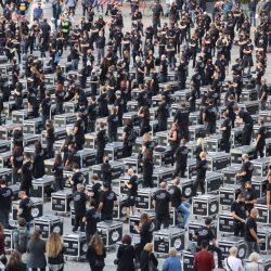 """""""Bauli in Piazza"""" a Milano. La manifestazione di 550 bauli """"senza lavoro""""."""