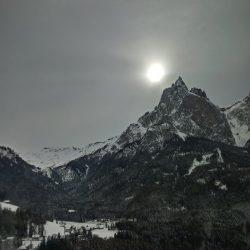 Bianco e nero, grigio e un pallido sole sull'Altopiano di Siusi e Saltria.