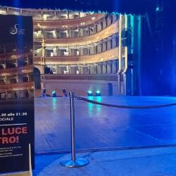Le luci accese per illuminare i teatri chiusi e gli artisti-tecnici in piazza per lavorare