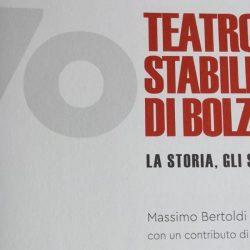 Massimo Bertoldi presenta al TSB 70 anni Teatro Stabile di Bolzano. La storia, gli spettacoli.